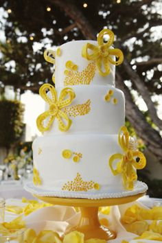 #yellow decoration on white wedding cake