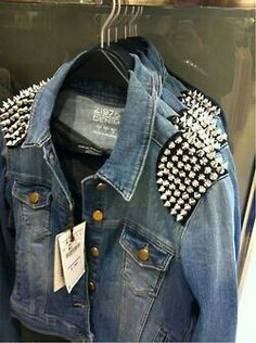 Mens Studded Denim Jacket - Before time coat were consider as an important part of the Men's clothes. Jackets keep us warm Denim Fashion, Love Fashion, Fashion Outfits, Jacket Style, Vest Jacket, Jean Diy, Studded Denim Jacket, Kleidung Design, Diy Clothing