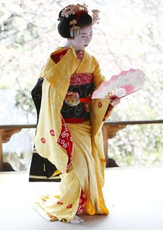 geisha-kai: Maiko Kanoemi dancing the Gion Kouta in April to the view of cherry blossoms - by KTHU1822 - BLOG