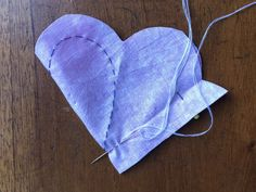Cómo hacer un corazón de tela | Gineceo Hand Embroidery Videos, Hand Embroidery Designs, Embroidery Patterns, Fabric Hearts, Fabric Ornaments, Felt Birds, Heart Ornament, Earring Tutorial, Fabric Scraps