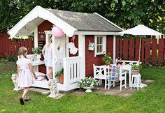 I familjen Gottfridssons lekstuga trivs både liten och stor. Barnen leker och mamma Anna pyntar med små saker hon hittar på loppisar och auktioner. Cubby Houses, Play Houses, Playhouse Interior, House Tent, Cubbies, Photo Studio, New Trends, Garden Inspiration, Gazebo