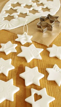 Zero Waste Christmas: 5 Ideen für nachhaltige Weihnachten Ceramic Christmas Decorations, Diy Christmas Ornaments, Christmas Time, Xmas, Holiday Decor, Ceramic Jewelry, Gingerbread Cookies, Merry, Diy Crafts