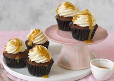 Kleine Küchlein gehen immer. Unser neuester Clou – nicht nur zum Frühstück: Espresso-Cupcakes mit Karamell. Das Rezept gibt's hier!