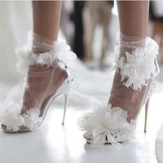 Fancy Tüll-Söckchen für jedes den Braut-Look? ✖️Must-have oder too much? Bride Shoes, Wedding Shoes, Wedding Bride, Wedding Flowers, Vogue Bride, Bridal Sandals, Paris Chic, Bridal Fashion Week, Fancy