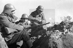ESPAÑA GUERRA CIVIL ESPAÑOLA: ZONA REPUBLICANA.- Frente de Madrid, hacia 1937.- Los soldados limpian las armas en una trinchera del sector de Las Rozas. EFE/jt