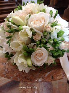 buoquet rose, fresie e boccioli di garofano