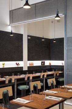 Ronde Teaktafel Oud Hout.Restaurant Ingericht In Duitsland Met Horecatafels Ronde Tafels En