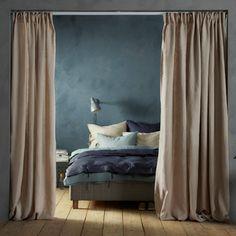 sovrum med s ng laptopbord golvlampa matta och f rvaringsb nkar fr n ikea bedroom. Black Bedroom Furniture Sets. Home Design Ideas