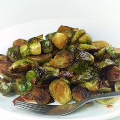 Ready in under 30 minutes with 4 ingredients, this crispy fried brussel sprouts recipe is the best of both worlds! The perfect combo of pan fried brussel sprouts with bacon AND pan fried brussel sprouts with balsamic vinegar. Pan Fried Brussel Sprouts, Roasted Sprouts, Brussels Sprouts, Balsamic Brussel Sprouts Bacon, Bacon Recipes, Vegetable Recipes, Paleo Bacon, Spinach Recipes, Low Carb Veggie