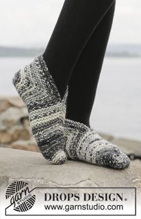 "Closing In - Knitted DROPS slippers with domino heel in 1 thread ""Big Fabel"" or 2 threads Fabel - Free pattern by DROPS DesignPantofole DROPS lavorate ai ferri con tallone a domino in Big Fabel.Strikkede DROPS tøfler i 1 tråd Big Fabel eller 2 Knit Slippers Free Pattern, Knitted Slippers, Slipper Socks, Knitted Poncho, Knitted Bags, Knitting Patterns Free, Knit Patterns, Free Knitting, Drops Design"