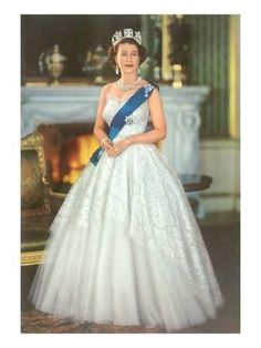 Queen ELIZABETH II -- Coronation photograph 1954 My favourite picture of the queen when she was young.it was put on postcards. Estilo Real, Roi George, Young Queen Elizabeth, Queen Elizabeth Wedding, Pictures Of Queen Elizabeth, Prinz Philip, Die Queen, Queen Queen, Family Picture Outfits