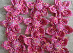 Flor de Fuxico para Customização, Lote com 10 peças de flores em tecido de algodão e miolo de botão forrado. Medida - 6,0 cm de diâmetro.  Consulte-nos, teremos prazer em atendê-los. R$ 15,00