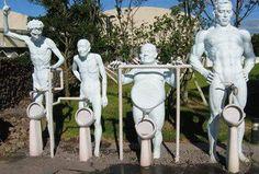 orinatoi a forma di sculture umane