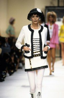 The complete Chanel Fall 2010 Couture fashion show now on Vogue Runway.