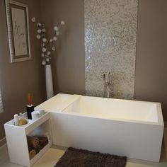 Besoin de calme et de sérénité pour se ressourcer ? Voici un exemple de salle de bains à l'esprit très zen qui marie harmonieusement bien les matériaux modernes, les couleurs douces et sobres à des éléments blancs aux lignes épurées.