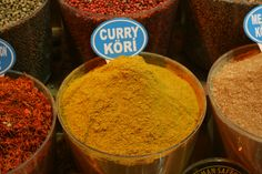 Curry is one of the world's favorite dishes. Learn about the spices that flavor it, from Indian to Thai curry. How To Make Chips, Salsa Curry, Suriname Food, Tandoori, Le Curry, Powder Recipe, Curry Sauce, Spices And Herbs, Meat Rubs