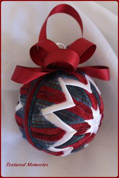 Quilted ornament Folded Fabric Ornaments, Quilted Christmas Ornaments, Christmas Cover, Crochet Ornaments, Beaded Ornaments, Christmas Balls, Ribbon Crafts, Fabric Crafts, Fabric Balls