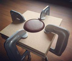 118 отметок «Нравится», 8 комментариев — Takayuki Yoshii (@yoshii6x6) в Instagram: «木型にて革の絞り出し #レザークラフト #レザー #革 #革細工 #革小物 #木型絞り» Leather Stamps, Leather Art, Leather Pouch, Leather Jewelry, Leather Purses, Leather Handbags, Bookbinding Tools, Leather Tutorial, Leather Tooling Patterns