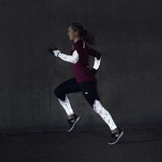Glow in the dark! Shop a pair of Cia Reflex Tights and get running gloves for free. Link in bio👆🏻 #rohnisch #forwomenbywomen #winterrunning #womensrunning