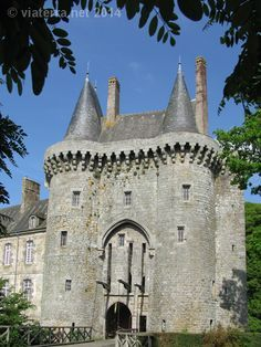 Photos of manors and castles in Brittany Chateau Medieval, Medieval Castle, Architecture Old, Beautiful Architecture, Chateau Moyen Age, Palaces, Region Bretagne, Small Castles, French Castles