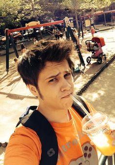 """""""En el parque con mi hermanita, tomando un jugo de naranja #SoyUnChicoSano"""""""