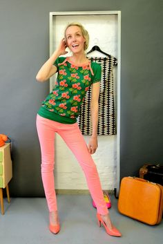 Schönes Kurzarmshirt in grün mit Blütenmuster in rosarot. Abgerundet wird das Oberteil durch die rosa Bündchen, die einen tollen Akzent setzen. Ein schönes Detail schaffen zwei kleine...