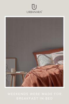 Ein Ort zum Ausruhen und Erholen: Mit Stoffen wie Leinen, Flanell und Bio-Baumwolle verleihen Sie Ihrem Schlafzimmer einen natürlichen Look und eine harmonische Stimmung. Wohntextilien fürs Schlafzimmer bei URBANARA bestellen. Entdecken Sie wunderschöne Produkte aus hochwertigen Naturmaterialien für Ihr Schlafzimmer! Natural Bedroom, Breakfast Tray, Timeless Design, Cosy, Blanket, Gifts, Natural Materials, Flannel, Mood