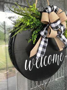 Welcome Signs Front Door, Front Door Decor, Wreaths For Front Door, Front Doors, Welcome Wreath, Christmas Door Decorations, Christmas Crafts, Holiday Decor, Holiday Wreaths