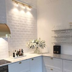 like that the backsplash isn't shiny/ glossy Kitchen Interior, Interior Design Living Room, Interior Decorating, Kitchen Dining, Kitchen Decor, Kitchen Cabinets, Interior Exterior, Beautiful Kitchens, Interiores Design
