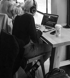 Lynn Gunn PVRIS in starbucks❤ just imagine to walk into a Starbucks and find this❤