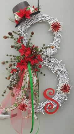 Take a look at these 20 Strikingly Unique Christmas Wreath Ideas.Discover thousands of images about candy cane christmas door hangerKaren Dunaway (The Skinny Gourmet)Adorable Christmas Wreath Ideas For Your Front Door 4230 Most Adorable Christmas Wre Beautiful Christmas, Christmas Holidays, Christmas Ornaments, Christmas Candles, Christmas Snowman, Christmas Centerpieces, Christmas 2019, Half Christmas, Christmas Trivia