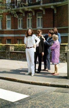 Los Beatles antes de cruzar Abey Road