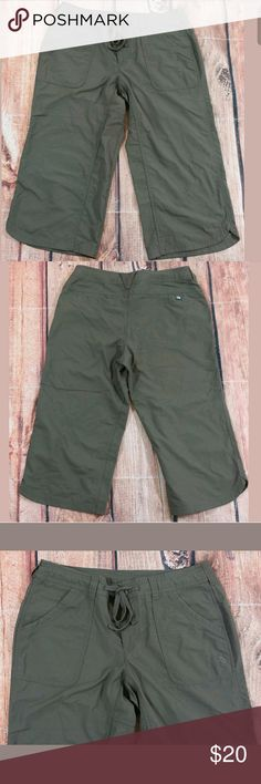 """The North Face Capri Pants Womens Size 6 Green The North Face Capri Pants Womens Size 6 Green  Measurements: Waist = 30"""" Outseam Length = 27"""" Inseam = 19""""  Condition:  Great Pre-Owned Condition from clean pet/smoke free home. The North Face Pants Capris"""