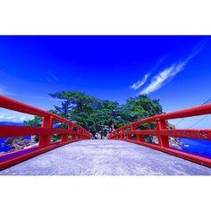 【under0809】さんのInstagramをピンしています。 《小佐渡東海岸のはずれの大川集落にある津神島。朱塗りの津神橋を渡ると海の守護神を祀る津神神社があります。  #新潟#佐渡#佐渡島#bluesea#bluesky#空#sky#海#sea#Instgood #再発見sado#special_spot_#ファインダー越しの私の世界 #loves_nippon #wu_japan #japan_photo_now #gf_japan#tokyokamerabu#ig_japan#igersjp#Japan_daytime_view#team_jp#bluesea#seaview#sealoves#InstagramJapan#jj_skylove#Japan#一眼レフ#Canon#奥行き同盟》