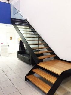 KOZAC has upgraded a fourth modern turnstile staircase with a thermal and integrated marble structure. Accompanied by railings on the glass, this staircase would bring a modern style to the interior. Steel Stairs, Wood Stairs, Escalier Design, Tiny House Stairs, Modern Stairs, Interior Stairs, Staircase Design, Home Decor Shops, House Plans