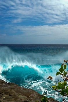 China Walls Oahu, is one of the most epic and dangerous surf spots in Hawaii as surfers glide past huge rock walls during each ride. Monuments, Beautiful World, Beautiful Places, Huge Waves, Surfer, Hawaii Travel, Oahu Hawaii, Kauai, Sea And Ocean