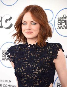 Auch Emma Stone trägt die Trendfrisur des Jahres: Den Lob. Mit einem Glätteisen zaubert ihr schnell und easy eine Partyfrisur für mittellanges Haar, wie