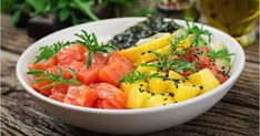 Hawaiian salmon fish poke bowl with rice, avocado, mango, tomato, sesame seeds and seaweeds. Easy Vegetarian Lunch, Easy Healthy Breakfast, Easy Healthy Dinners, Healthy Dinner Recipes, Pescado Salmon, Salmon Y Aguacate, Poke Bowl, Healthy Crockpot Recipes, Diet Recipes