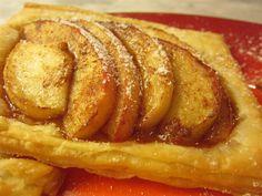 20 perc alatt elkészíthető ez az almás süti. Csak alma, fahéj, cukor és bolti vajas-leveles tészta kell hozzá, mégis egyike a legfinomabbaknak! Sweet Cakes, Sweet Life, Hot Dog Buns, French Toast, Muffin, Sweets, Bread, Cookies, Baking