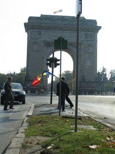 25 oct. 2012 - Ziua Regelui. 13:25, un om asteptand langa Arcul de Triumf.