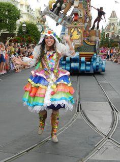 Más faldas coloridas dándole paso a la carroza de Rapunzel. #Disney Detalle aquí http://mamamoderna.com.mx/2014/06/disney-festival-of-fantasy-parade.html