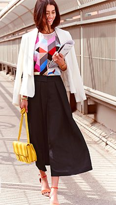 The culotte trend is a fashion favorite this spring. Style with fitted top. Perfect look for day to night, work or casual. Vegan Fashion, Wide Leg Pants, Cropped Pants, Fashion Pictures, Fashion Prints, Editorial Fashion, Designer, Retro, Ideias Fashion