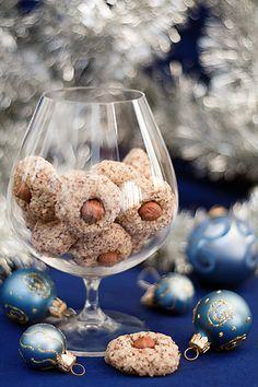 2 белка 50 грамм сахара 200 грамм молотого фундука (сырого, с кожицей) целый фундук по числу печенек (20-25 штук) щепотка соли