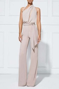 Stylish jumpsuit, perfect for office wear or as a casual outfit. Jumpsuit Elegante, Elegant Jumpsuit, Tailored Jumpsuit, Look Fashion, Womens Fashion, White Fashion, Ladies Fashion, Street Fashion, Fashion Trends