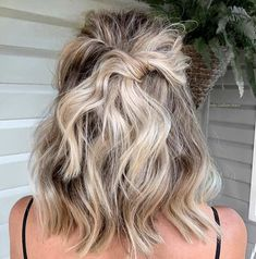 25 Trendy Prom Hairstyles for Short Hair Looking for prom hairstyles for short hair? We have you covered! Our list consists of 25 trendy looks that include braided styles, bobs, pixie cuts and Formal Hairstyles For Short Hair, Short Hair Updo, My Hairstyle, Wavy Hair, Easy Hairstyles, Wedding Hairstyles, Homecoming Hairstyles Short Hair, Short Hair Bridesmaid, Easy Prom Hair