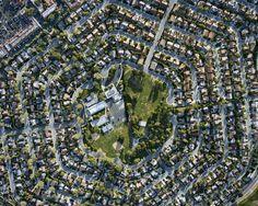 Cherchant à illustrer l'étalement urbain, Christoph Gielen nous propose des photographies aériennes de grande qualité. Tantôt circulaires, d'autres fois hexagonales ou même octogonales,…