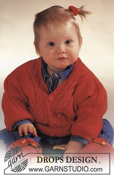 """BabyDROPS 2-6 - DROPS jacket with cable pattern and socks in """"Muskat"""". - Free pattern by DROPS Design"""