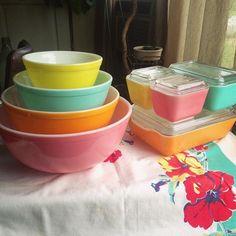 A match made in heaven! Vintage Bowls, Vintage Kitchenware, Vintage Dishes, Vintage Pyrex, Vintage Glassware, Pyrex Display, Pink Pyrex, Pyrex Bowls, Match Making