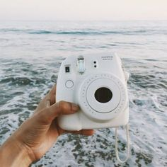 Camera Polaroid - A Helpful Article About Photography That Gives Many Ideas Polaroid Instax Mini, Poloroid Camera, Fujifilm Instax Mini, Camera Lens, Focus Camera, Camera Art, Leica Camera, Film Camera, Art Photography Portrait