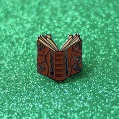 Hocus Pocus Spell boek glazuur Pin Halloween door TeesAndTankYouShop